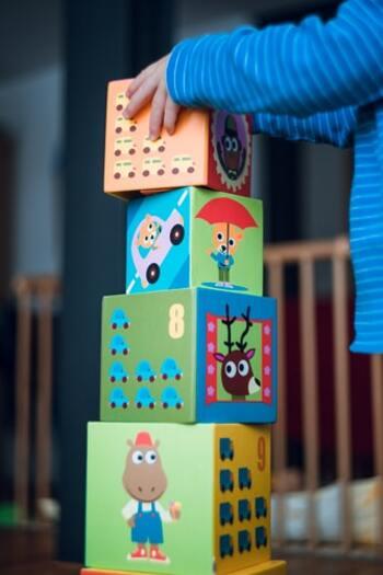 幼児の集中力を高めるのにおすすめなのは、おもちゃで遊びながらトレーニングを重ねる知育玩具です。自ら考え想像する力が身につき、それらが情緒の安定などと結びついて、集中力が育成できると考えられます。五感をフルに使えるおもちゃがベター。