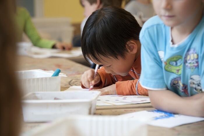 勉強よりも体を動かして遊びたい、そんな年頃の小学生に集中力の持続を求めるのは時に難題。しかしゲームとなると凄まじい集中力を発揮する場合も。考え方によっては集中力はしっかり持っているわけですから、勉強に向かいやすい環境づくりが大切です。デスクや気温などの環境条件は先に紹介した条件と変わりませんので、子供部屋をチェックしてみて。習い事はピアノやそろばんなど手先を動かすものがおすすめです。