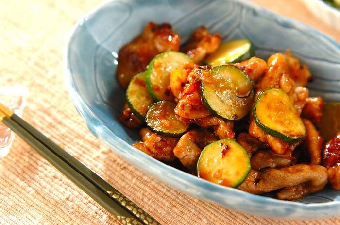 夏バテを吹き飛ばすようなパンチが欲しいなら、ピリ辛の中華炒めにしてみましょう。あっさりとしたズッキーニは味の邪魔をせず、トロっとした食感が辛さを程よく和らげてくれます。ビールのおつまみにも◎