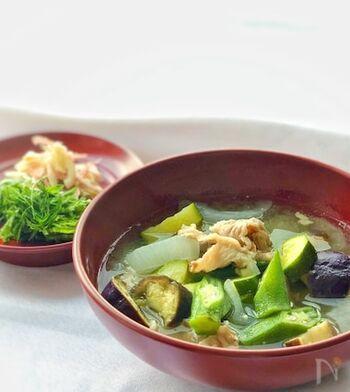 茄子やオクラなどの夏野菜をどっさり使った、夏限定の豚汁です。煮込み料理にもよく使われるズッキーニは、お味噌汁にしても好相性。新生姜のさっぱりとした味わいがクセになります。