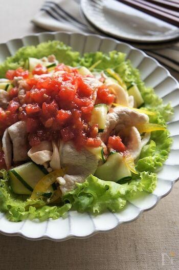 サッと茹でて冷しゃぶと和えれば、あまり食欲がない日にも食べやすいですね。完熟トマトの甘さを活かしたソースでさっぱり。旬の夏野菜を存分に堪能できる一皿です。
