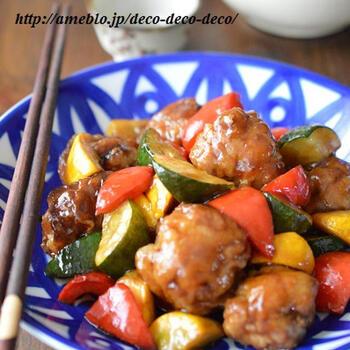 黒酢と黒糖を使った、深いコクの酢豚レシピ。豚こまを丸めた肉団子は手軽に作れる上に、フライパンで揚げ焼きにできて簡単。程良い酸味が食欲をそそります。