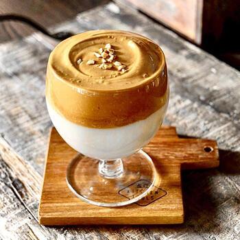 話題のダルゴナコーヒーは、インスタントコーヒーで手軽に作ることができるのが最大の魅力。しかも映えるので、おうちカフェにぴったりです。