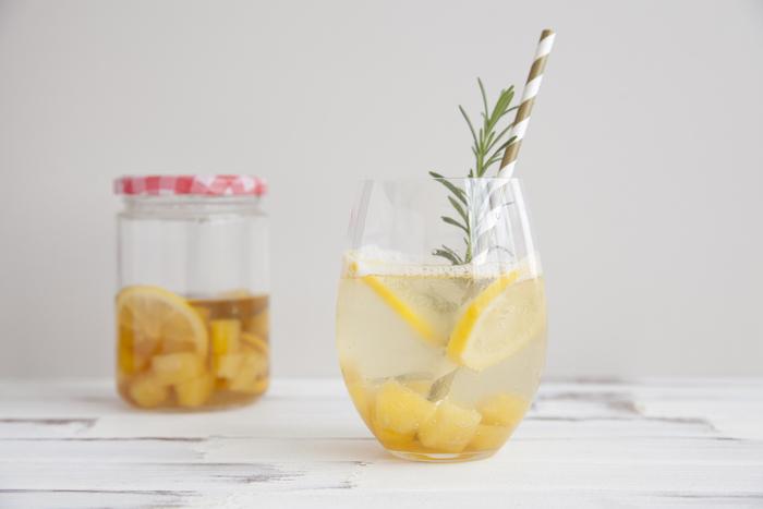 シロップ漬けのパイナップルとレモンで作るハーブソーダ。シロップを作って置けば、飲みたい時に3倍程度の炭酸水で割り、ローズマリーを入れればいつでも香り良いソーダをいただけます。漬けたパイナップルとレモンも一緒に入れれば見た目も味もよりさわやかでフレッシュに♪
