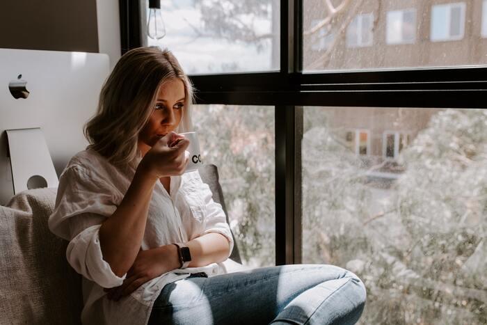 何も考えず、のんびりと過ごす時間は、意識的に作らないとなかなか難しいもの。テレビやスマホの画面を見ることをお休みして、デジタルデトックスの時間を設けてみましょう。丁寧に淹れた珈琲や紅茶、香り高いハーブティなどを飲みながら、ただただのんびりと過ごしてみてください。情報をシャットアウトすることで、いつもは気づかなかったことに気づきやすくなります。心の声に耳を澄ませてみて。