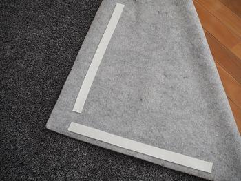 ラグの四隅にカットしたテープを貼り付けるだけで、ラグがしっかり床に粘着します。 ただ、ラグとの相性もあるようで、裏面が毛羽立っている素材だと剥がれやすいこともあるようです。 いろいろな種類があるので、ぜひ試してみてください。