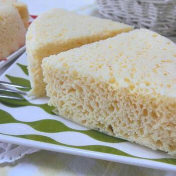 小麦粉も砂糖も不使用の、チーズケーキ風の蒸しパン。びっくりするくらい、ふわっふわな食感です。レンジで簡単に作ることができますよ。