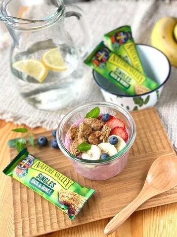 ヨーグルトとおからパウダーでたんぱく質と食物繊維をしっかり摂れる、時間のない朝にもおすすめのスムージーです。お好きなフルーツやナッツなどをトッピングしてみてくださいね。