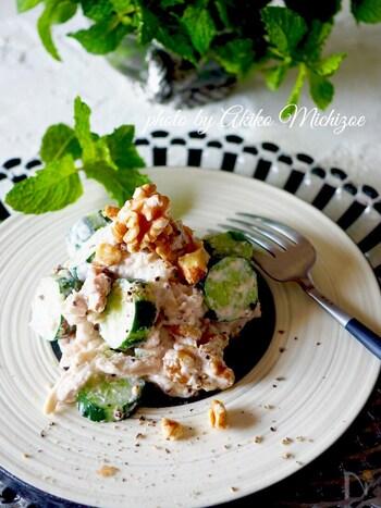マヨネーズの代わりにヨーグルトを使った、さっぱりしたサラダです。鶏のささみも一緒に食べることで、たんぱく質をしっかり補給できるサラダです。
