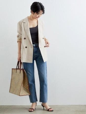 デニムに合わせて、バサっと羽織るようにジャケットを着れば、ワンランク上の大人カジュアルスタイルに。袖はロールアップして、こなれた雰囲気を出すと◎スタンダードなアイテム同士の組み合わせも、リネンジャケットで新鮮な着こなしにアップデートできます。