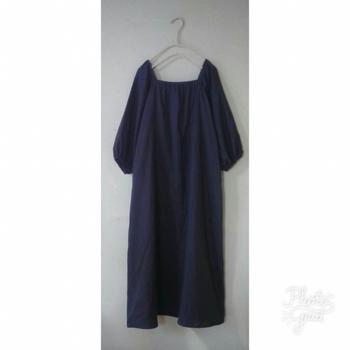 襟ぐりが特徴的なこちらのワンピース、襟周りは折って直線縫いする簡単な縫い方になっています。