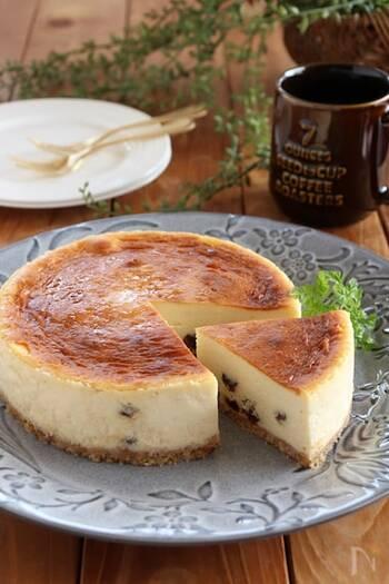 ラムレーズンたっぷりで大人の味わい。サワークリームの酸味も爽やかです。ニューヨークチーズケーキは、湯煎焼きしますのでしっとりと焼き上がります。