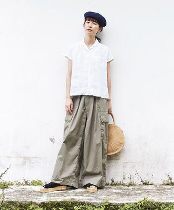 小さめの襟とフレンチスリーブがキュートなリネンの白シャツ。コンパクトなタイプなので、カーゴパンツやフレアスカートなどボリュームボトムスと相性抜群◎