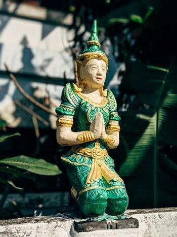 ปิดทองหลังพระ 直訳すると、「仏像の背中に金箔を貼る」という意味です。  人には見えない場所で良い行いをすることを示しています。行動の大切さを伝えることわざを紹介しましたが、それは人に見えない場所でこそ重要なのかもしれません。