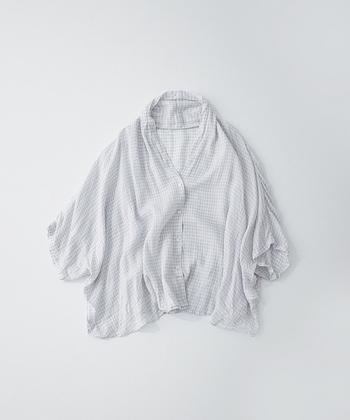 体を優しく包んでくれるリネンガーゼのブラウス。細かなギンガムチェック柄が布の表情を引き立てます。袖がたっぷりしているので、羽織りものとして使いやすく、とても重宝しますよ。