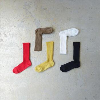 靴下もリネン素材で統一。程よい光沢やシャリ感があり、発色がとてもきれい。全色揃えたくなります。