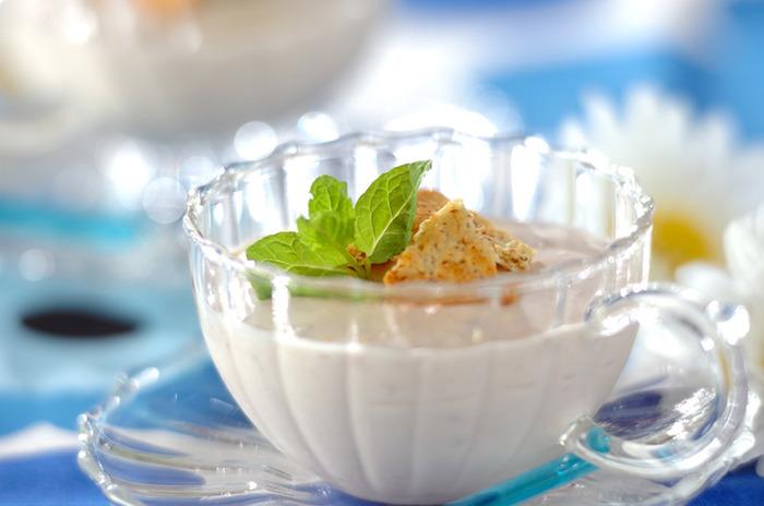 サワークリームとヨーグルトを使った酸味のあるゼリー。食感も軽く、夏のひんやりスイーツとしてお口をうるおしてくれそう。おもてなしのスイーツにもなりそうですね。
