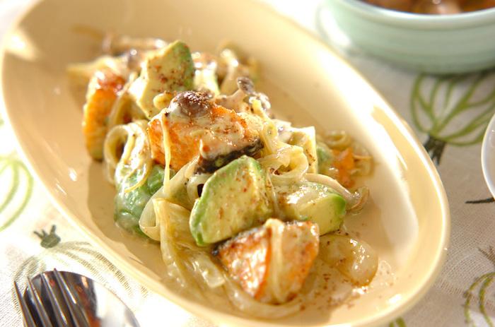 サーモンソテーにアボカドなどを加え、サワークリームソースを和えた洋風の炒め物。アボカドのクリーミーさが、リッチなソースによく合います。サーモンの代わりに、海老でもいいですね。