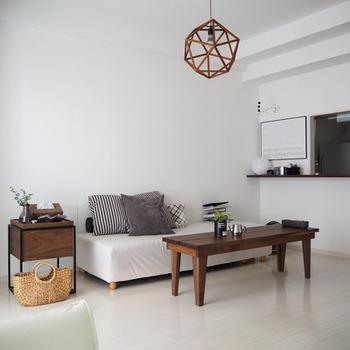 夏らしさを演出するなら、色だけでなく素材感にもこだわってみてください。自然素材でつくられた清涼感のある家具や雑貨をプラスするだけで、季節感を演出できます。