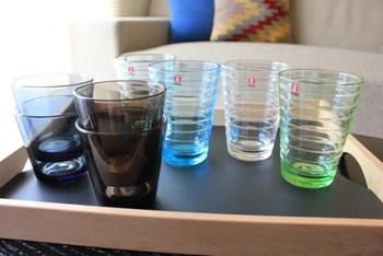 色とりどりのグラスも、ディスプレイに取り入れてみては。夏インテリアに、透明感のあるガラス食器を「飾る」アイテムとして使うのも素敵です。
