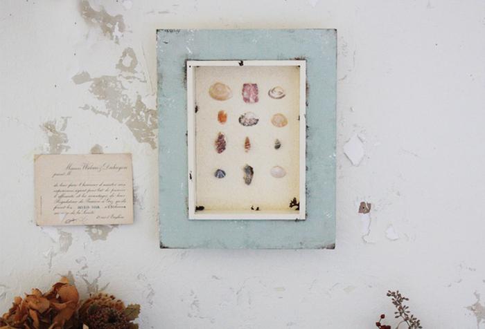 シャビー感のある雰囲気がおしゃれな貝殻アート。どこかほっとする素朴な風合いと色で、さりげなくマリンテイストを漂わせています。