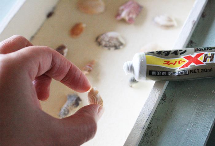 夏の思い出のかけら「貝殻」でミニアートをハンドメイドするのも素敵。拾ってきた貝殻をボードに張り付けてフレーミングすれば、あなただけの特別なアートに仕上がります。