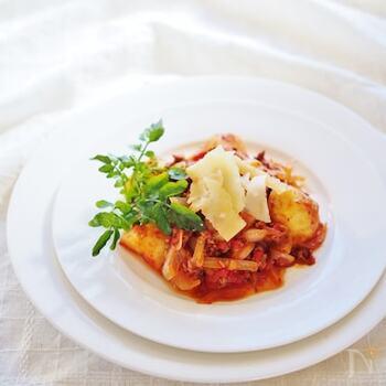 家庭料理の定番の肉じゃがに、チーズとトマトを加えて洋風にアレンジ♪パルミジャーノの風味を活かすため、火を止めてから加えるのがポイント。おもてなしにもおすすめのおしゃれなひと皿です。