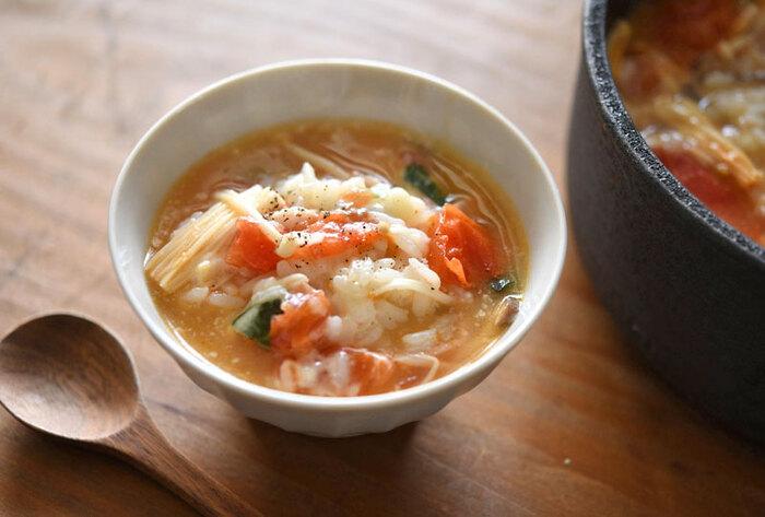 エアコンで冷えがちな身体を内側から温めてくれる雑炊は、寒い季節だけでなく夏にもおすすめ。トマトの酸味&チーズやベーコンの旨みで、味も栄養バランスも良し。