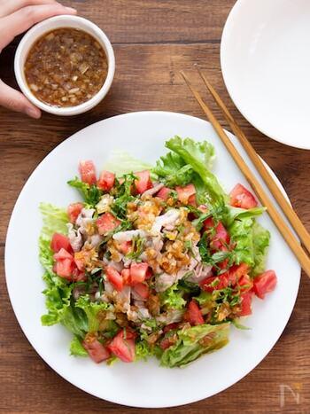 サラダなのにモリモリ食べられるメイン系おかずにもなる一品。にんにく&しょうがの効いた香味ソースでスタミナ感アップ。