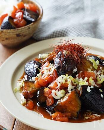 麻辣醤と花椒のピリ辛が効いた一皿。ナスは炒める前にごま油をまぶし、トマトは仕上げに入れるのがポイントです。