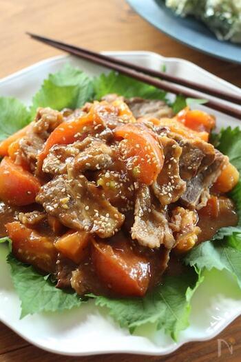 牛バラ肉のガッツリ感にトマトの酸味が加わることでおいしさアップ。ご飯の上に乗せてどんぶり風にしても美味しいです。