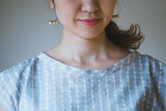 袖以上に縫い方にバリエーションがあるのが、襟ぐりです。三つ折りして直線縫するだけでいい場合もあれば、見返しやパイピング、襟付けが必要な場合など仕上げ方は様々。型紙を選ぶ際に見るべきポイントです。