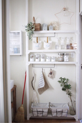 こちらはラブリコと専用棚受けを使って作った棚。水回りの掃除道具のように水切りのために吊るしたいグッズの収納には、アイアンバーをプラスしましょう。スポンジや掃除ブラシ、雑巾などを吊るせますよ。