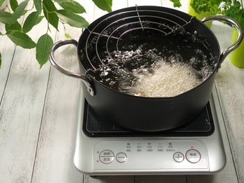 油の温度はどう見分ける?半生やベッチャリを防ぐ〈揚げ油の適温設定〉ガイド