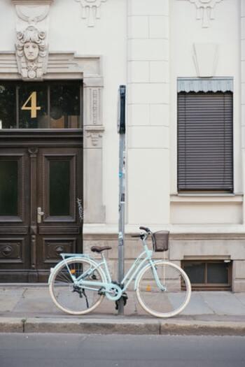 通勤や通学などで街中を走りやすい「シティバイク」。タイヤサイズが26インチのものが多く、多少の段差やでこぼこ道も不自由なく走ることができ、さらに女性向けにおしゃれなものも増えてきています。