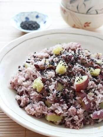 市販の赤飯の素を使った、手軽に作れる赤飯おこわ。黒米とさつまいもを入れることで、食物繊維もたっぷり!もち米と白米を混ぜることで、通常モードで炊くことができます。