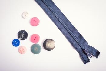 ファスナーやボタンなど、必要不可欠な付属品の有無も見るべきポイントです。また、ポケットやベルトがあるデザインの場合、縫い方が複雑ではないか、省いて作ることもできるのか確認しておきましょう。