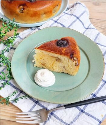 型もオーブンも使わず、ホットケーキミックスで作れるバナナケーキ。翌日以降もしっとりしておいしく食べられるので、一人暮らしや、家にオーブンがないという人にもおすすめのレシピです。