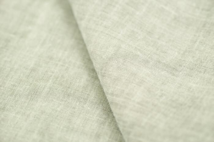 夏のワンピースには、肌あたりがよく汗を吸ってくれる天然素材が最適です。綿やリネン、綿麻混などが代表的な素材として思い浮かぶのではないでしょうか。同じ天然素材でも表情は様々ですので、実際に手芸店で手にとって選びましょう。布が巻いてある状態では分かりにくいのが透け感です。選ぶときには広げて光に当ててチェックしてみましょう。ネットショップなどで布を購入したいときは、サイトの作品例を参考に選んでみるといいですね。作りたいワンピースの形によっても適した布地が違ってきます。詳しくは下にご紹介したサイトを参考にしてみてください。