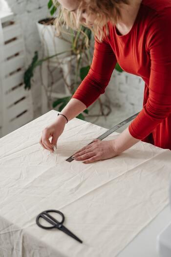 手芸店でくるくると巻いて並べられている布ですが、幅はどれも同じではありません。一般的によくある幅でも、90㎝、110㎝、140㎝の3種類があります。また、インポートの布などイレギュラーな布幅のものも珍しくありません。作ろうとしているワンピースの型紙が何センチ幅の布用のものなのか確認して、いざ作り始めてみたら布が足りない!なんてことにならないよう気をつけて。布には縦横・上下の方向性がありますから、型紙の向きを自己流でレシピと変えて配置するのは御法度ですので覚えておきましょう。