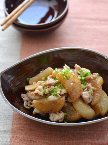 時間がない時に便利な炒め煮のレシピ。一度炒めてから煮ることで、下茹でなしでも大根にしっかり味が染み込みます。一度冷ますとさらに味が染み込みおいしくなるので、たくさん作って作り置きしてもいいですね。