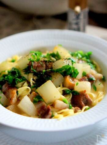 ランチなら、パスタもおすすめ◎角切りにした豚肉と大根に、アクセントとなる大根の葉をプラス。だしで味を調えて、和風に仕上げます。チーズも加えてほどよくこってり♪