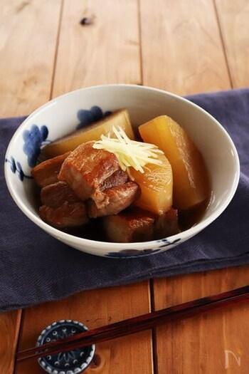 生姜をきかせた大根と豚肉の煮物のレシピ。よ~く味が染み込んだ大根がおいしそうですね。ブロックの豚肉を使用しているので、ボリュームも満点!トッピングにも生姜を使った、生姜たっぷりの煮物です。