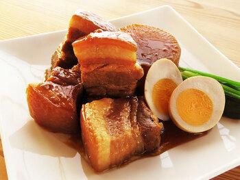 定番の「豚の角煮」を圧力鍋を使わず、じっくり煮込んで作りたいという方は、こちらのレシピを参考にしてみてください。大根や豚肉の下ごしらえの方法や、おいしく作るための下茹で・蒸し方の方法など、丁寧に解説されています。