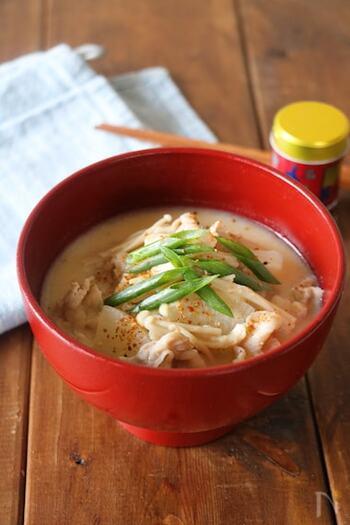 大根×豚肉×味噌では、どれも似たような味になってしまいがち。ちょっと味を変えてみたい時は、牛乳を加えミルクスープにしてみませんか?ほっこりやさしい味のスープの完成♪生姜入りで、体の中からあたたまりそうです。