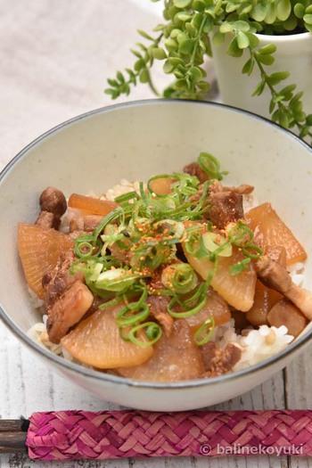 お手軽ランチにぴったりな、角煮風どんぶりのレシピ。カリカリに焼き上げた豚肉がポイントです。具材を小さく切ることで時短に。豚肉も脂っこさがなくなり、食べやすくなります。