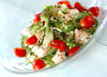 食欲がなくなりがちな暑い季節にオススメしたい、豆腐とゴーヤのサラダ。夏の副菜にぴったりですよ。  オリーブオイルベースの爽やかなドレッシングが、ゴーヤやミョウガなど和のイメージが強い野菜と、見事にマッチング。お豆腐は水分を切ってざっくり手で割ってほぐし入れるのがポイントです。
