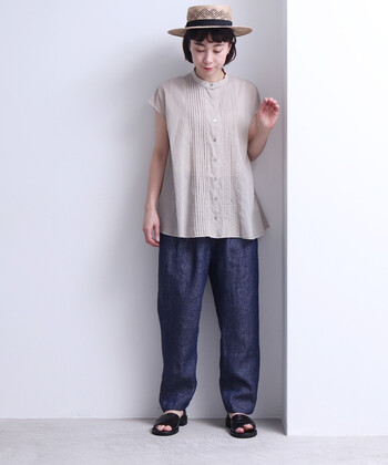 夏のデニムは敬遠しがちですが、リネン素材ならサラリと快適に穿けて◎シャツやTシャツを合わせてナチュラルに、ワンピースを重ねてガーリーにと、様々なテイストで着ることができるリネンンデニムは、一本持っておくとコーデの幅が広がります。