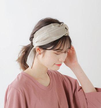 まとめ髪にする機会が増えるこの季節におすすめなのがヘアターバン。リネンの涼し気な素材感が、コーデに華やかさをプラスしながら、ヘアアレンジをアップデートしてくれます。