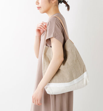 バッグもリネン素材を選べば、季節感が出て洗練された印象に。こちらのバッグは手持ちも肩掛けもOKなデザインなので、幅広いコーデに馴染んでくれますね。